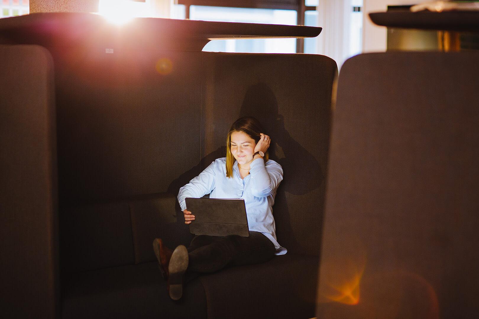 Frau mit Laptop in Sitzecke