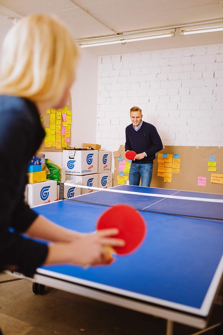 Kollegen spielen Tischtennis