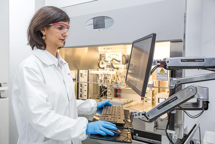 Frau am Bildschirm eines 3D-Druckers