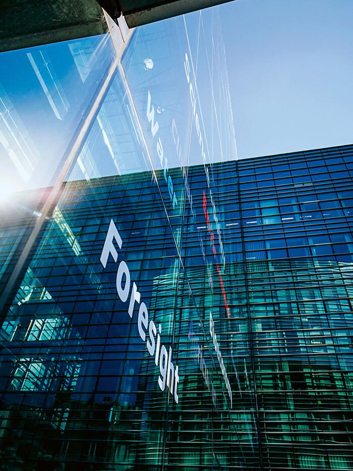 Glasfront mit Foresight Schriftzug