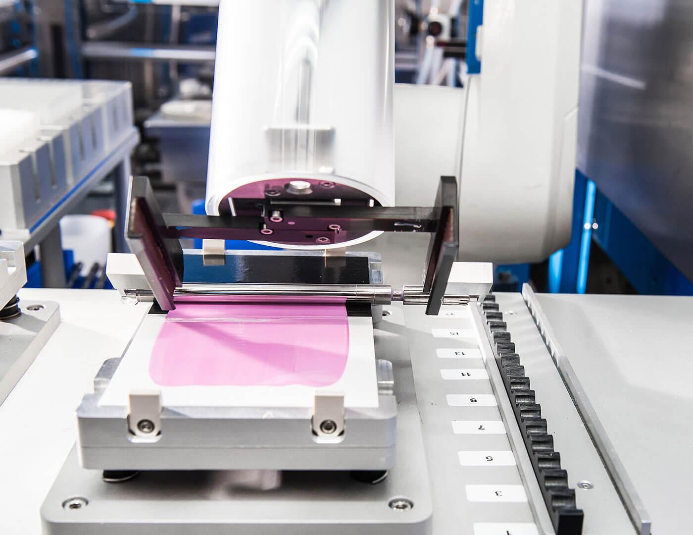 Ein Roboter erzeugt durch Rakeln Lackschichten mit exakt definierter Dicke