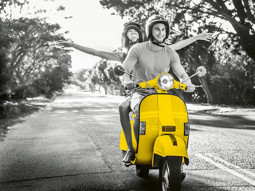 Pärchen auf gelbem Motorroller
