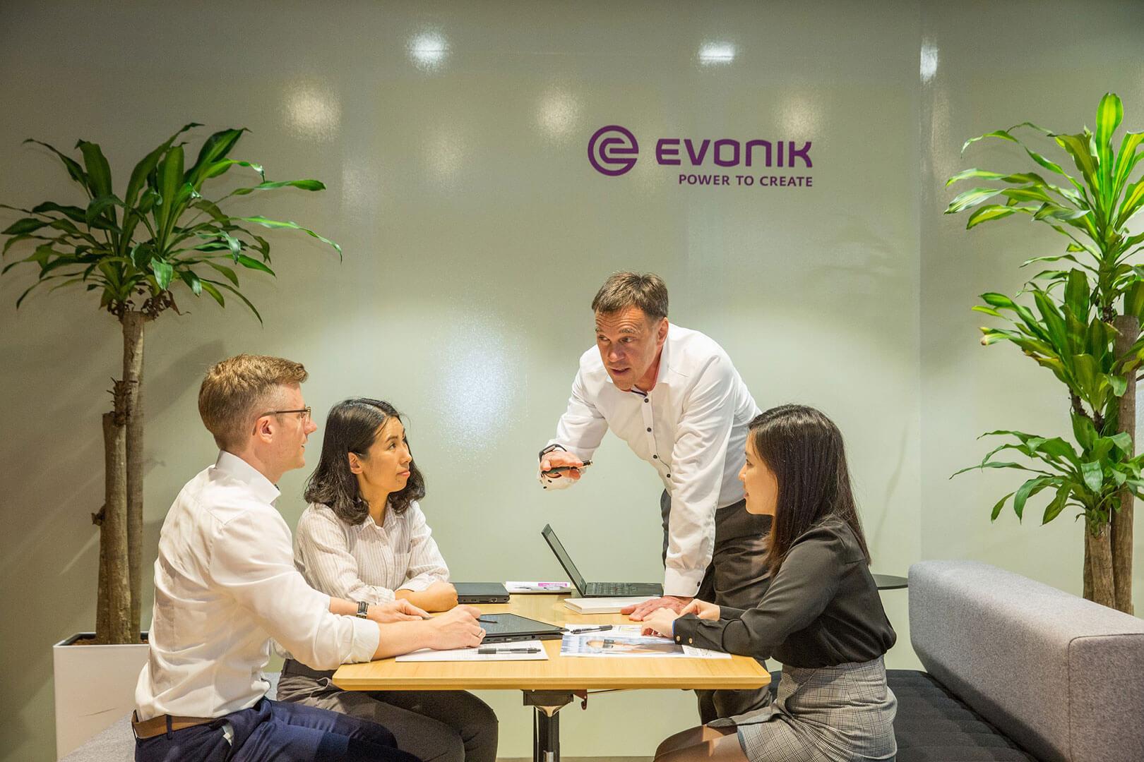 Mitarbeiter von Evonik in einem Meeting