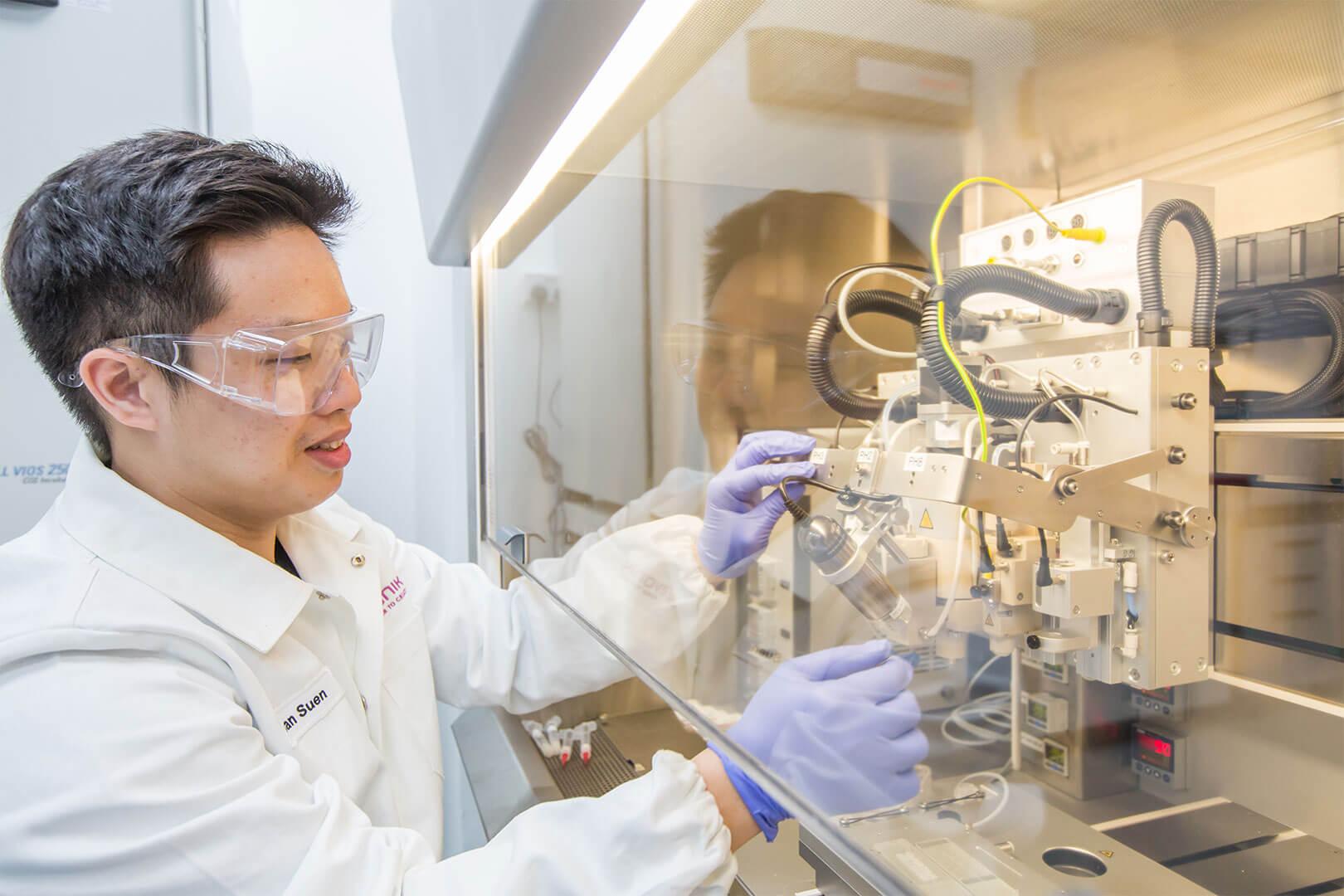 Ein Mitarbeiter im Labor
