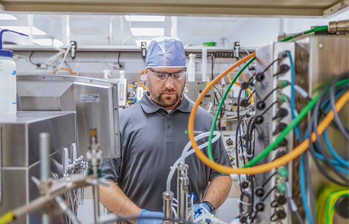 Forscher extrahiert Öl aus Algen
